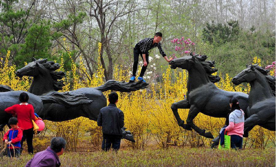 游客在北京国际雕塑公园随意攀爬