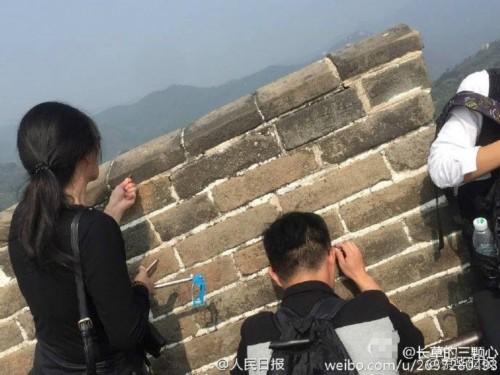 情侣在长城砖墙上刻字涂鸦 无视旁人劝阻